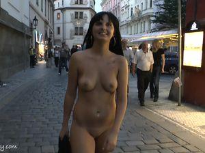 Прогулка обнаженной красавицы по вечернему городу