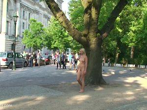 Молодая сучка идет голышом по парку