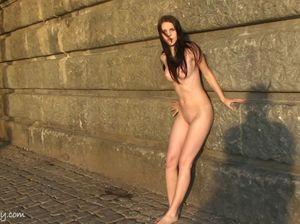 Без нижнего белья юная модель прогуливается по городу