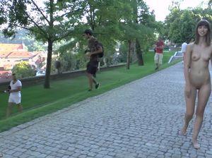 Нагая сучка гуляет по Старой Праге