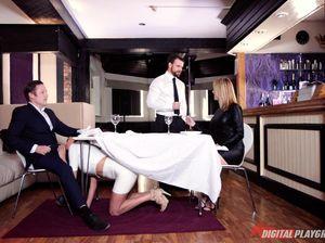Мужик изменил жене, засадив длинный член в анус официантки