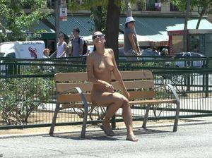 Сексуальная брюнетка прогуливается голой по улицам Барселоны