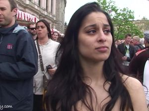 Стеснительная девушка перед камерой разделась на людной улице