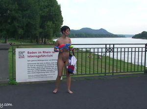 Брюнетка с короткой стрижкой прогулялась по набережной, демонстрируя прохожим свои голую грудь и пизду