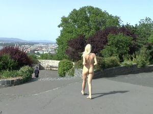 Грудастая девушка-фотограф сняла платье и гуляет по Будапешту