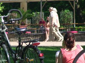 Молодуха без комплексов прогуливается голой по городскому парку