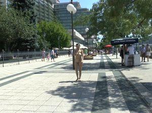 Сверкая голыми сиськами и мандой провинциалка гуляет по городу