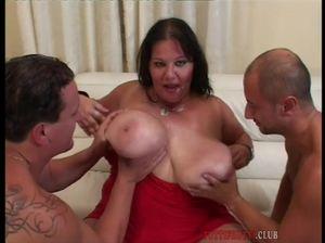 Толстая баба развлекается с двумя ёбарями
