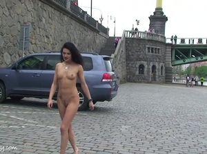 Худощавая девица без одежды бродит по пристани