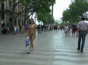 Барышня на спор прошлась без одежды по людной части города