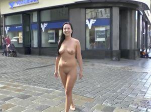 Красивая польская куколка с бритой пиздой гуляет по городу в обнаженном виде