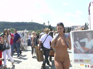 Чешская девчонка проиграла спор и теперь вынуждена раздеться на улице