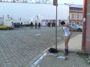 Несмотря на холод, чешка обнаженной бродит по городу