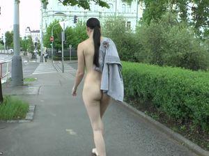 Милая девушка с красивой грудью гуляет голой по улице за обещанный гонорар