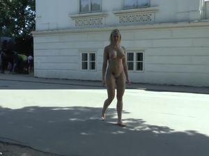 Грудастая блондинка ходит голой по городу
