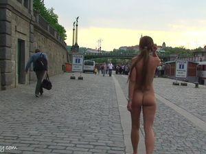 Милашка с татуировкой и маленькой грудью гуляет по набережной без одежды