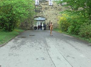 Бесстыдница в голом виде прогуливается в общественном месте