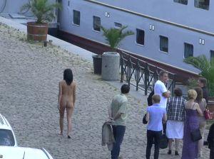 Парень снял, как симпатичная барышня ходит голой по Праге