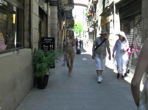 Милая брюнеточка прогуливается голой по переулку за деньги