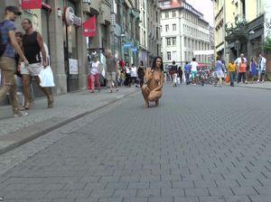 Брюнетка с большими буферами и бритой пиздой гуляет по улице без одежды