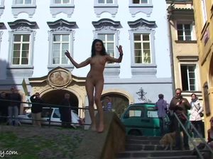 Раскрепощенная девушка ходит голой на улице родного города