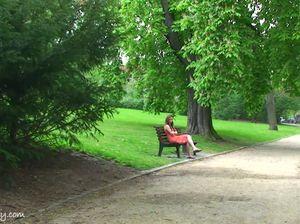 Телочка согласилась прогуляться по парку голышом