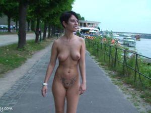 Прогулка у реки голышом