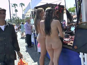 Пухлая деваха бродит голой по рынку