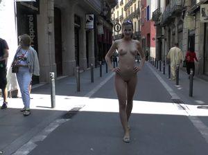 Молодая девка показывает свое тело всем желающим
