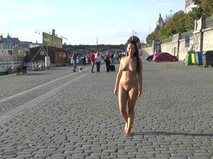 Девочка без комплексов прогуливается голой по улице
