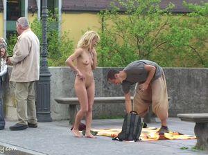 Начинающая модель показывает голые сиськи и пизду на публике