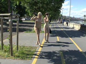 Две сексуальные девушки голышом разгуливают по улицам города