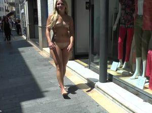 Шлюха на спор раздевается и гуляет голой по улице