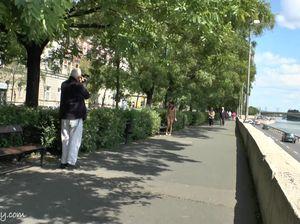 Милая девушка без комплексов соглашается прогуляться голой по набережной за небольшое вознаграждение