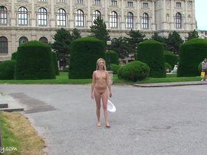 Длинноволосая сучка показывает маленькую грудь на площади