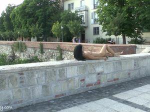 Чешка публично обнажилась на улице и прогулялась в таком виде