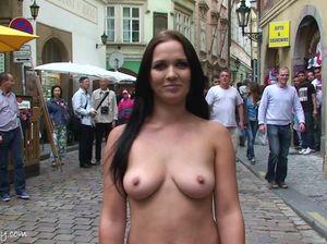 Чешская модель гуляет голышом по оживленным улицам Праги
