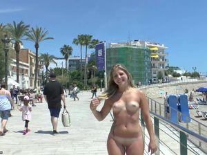 Голая чикса привлекает внимание испанцев