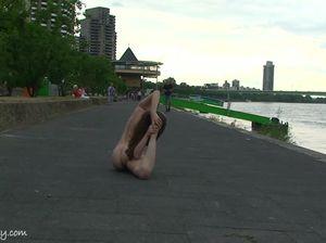 Красивая гимнастка удивляет своей гибкостью и отсутствием одежды