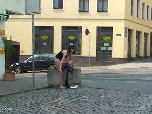 Костлявая брюнетка с маленькой грудью светит голой жопой на улице
