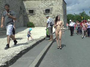Стройная немка позирует голая на улице и гуляет среди публики