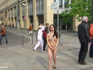 Милая экстремалка без проблем разгуливает голышом на публике