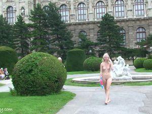Миниатюрная блондинка с маленькой грудью обнажилась на людях