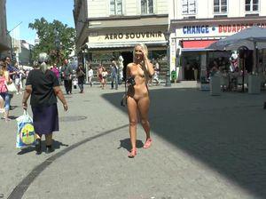 Светлая сексуальная девушка показала свои прелести на улице города