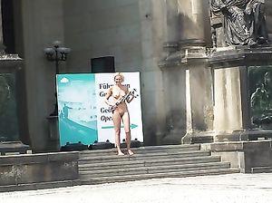 Ажиотаж на парижских улочках: голая телка прогуливается по городу