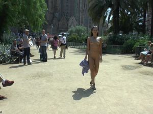 Очаровательная испанка в обнаженном виде прогуливается по Барселоне