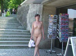 Милфа решила обратить на себя внимание, раздевшись в общественном месте