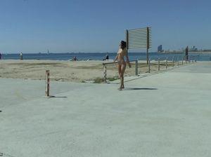 Голая красивая девушка на пляже привлекает внимание людей