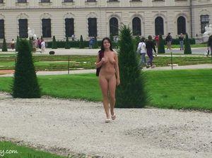 Голая туристка с красивой грудью смотрит достопримечательности города
