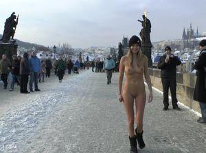 Экстремальная девушка голышом разгуливает по мосту на морозе